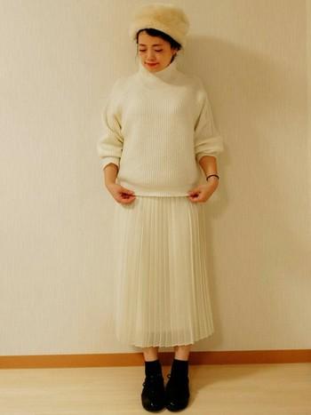 白ニットに、プリーツスカートがとっても可愛らしい雰囲気♪ かぶったファーの帽子も、冬の白をまとったコーデにマッチしていますね。