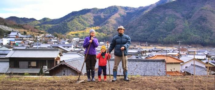 都会暮らしから一転、瀬戸内海の小豆島にある「肥土山(ひとやま)」という里山の集落に移り住み、オーガニック農園とカフェを始めた三村さんファミリー。暮らしに必要なものを自分たちの手でつくる、本当に豊かな暮らしを求めて2013年6月、「HOMEMAKERS(ホームメイカーズ)」を立ち上げました。