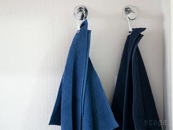 フックや取っ手にひょいっと引っ掛けられるタグ付き。タオルハンガーを使わずに、好きな場所に吊るせるのはとっても便利です。