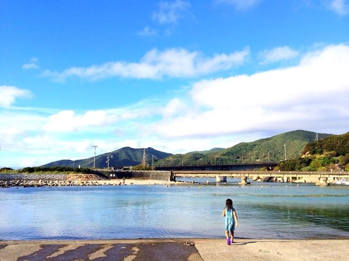 青い海と緑豊かな山の美しい自然に恵まれた、瀬戸内海に浮かぶ人口約3万人の「小豆島」。訪れる人をほっとさせてくれる、どこかノスタルジックな雰囲気が漂っています。「HOMEMAKERS」の三村さんご夫妻もそんな島の魅力に引きつけられたのかもしれません。