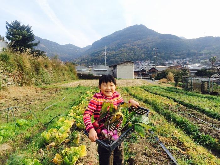 笑顔がステキな小学生の娘さんも、畑仕事を手伝うそうですよ。野菜を育てて、収穫して食べる喜びを味わえるって、子供にとってもすばらしい体験です。