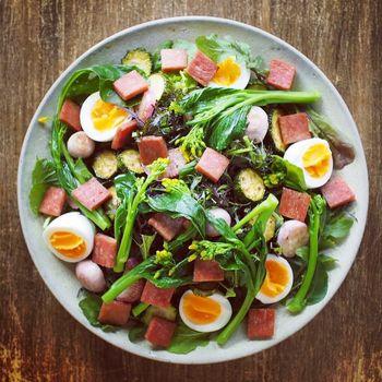 秋のナバナ・オータムポエムをさっと茹でてサラダに。たっぷりの旬の野菜にゆで卵とスパムをのせて、彩も豊かな満腹サラダです。