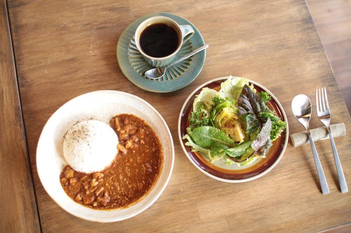 ご主人の拓洋さん特製のチキンカレーは、スパイシ―なおいしさが評判!とれたての野菜をふんだんに使ったサラダは、野菜そのものの風味を味わえます。