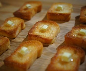 『petit-rève's』さんの作品は、本物の製パン材料で作られています。こちらは、製パンの素材をトーストで焼いたマグネット。とろけそうなバターが食欲をそそります♪