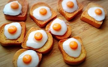 トーストの上に目玉焼きが乗った「ラピュタパン」。ハンドメイド品なので、一つ一つ仕上がりも違いますね♪
