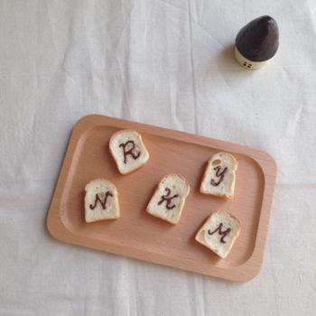 受注してから制作を始める、世界に一つだけのイニシャルブローチ。チョコレートのイニシャルが、とっても美味しそう♪