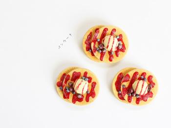 見た目も鮮やかなパンケーキの木製ブローチ。色彩のバランスが絶妙ですね。