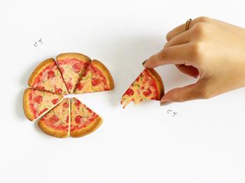思わず食べちゃいそう♪ピザの木製ブローチです。通常のピザと、チーズがこぼれ落ちそうなピザの2種類がありますよ。