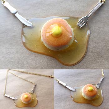 雑誌にも掲載されたパンケーキのネックレス。ふっくらとしたパンケーキと、メープルシロップ…まるで本物みたいです。