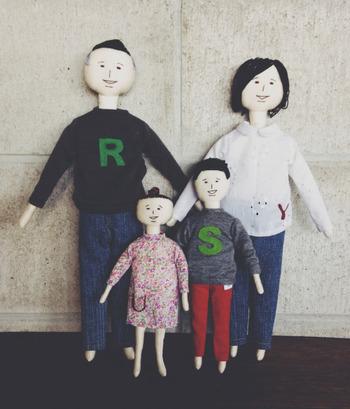 新築祝いに家族の人形をプレゼントしたいというご友人の依頼を受けて作った作品だそうです。仲のよさそうなファミリーのあたたかな空気感が伝わってきますね。