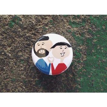 『おヒゲさんとオカッパさんの缶バッチ』 朝陽このみさんおなじみのキャラ「おヒゲさんとオカッパさん」が描かれたバッジです。二人の手でつくられたハートマークがなんともラブリー!