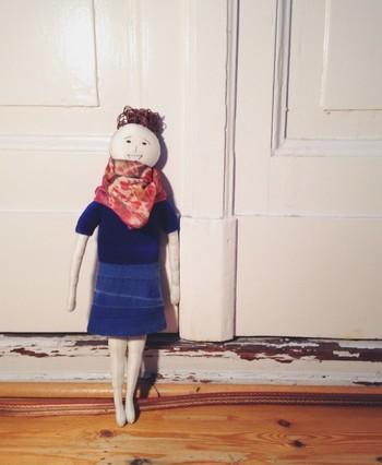 『デニムスカート/Emmaさん』 おしゃれをして、今から彼とデートのEmmaさん。ハンドメイドならではの、作り手のぬくもりを感じられるお人形です。
