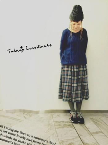 ざっくり編みの青ニットにチェックのスカートは文句なしに合います。スニーカーとニット帽を合わせてとことんカジュアルに着こなすのもいいですね。ダッフルコートを合わせてお出かけしたい。