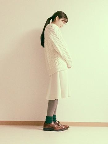 こちらもゆるニット×スカートのワントーンコーデ。ざっくりニットは冬に着たいアイテムですね。足元でちょっと個性を出して。グリーンの靴下が効いてますね。