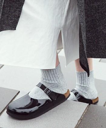 'サンダル=夏'という概念を捨て、冬には厚手ソックスを合わせて。