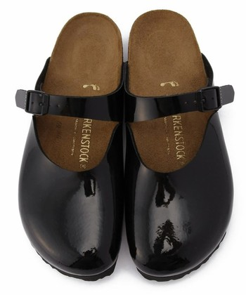 履きやすくて人気の「ビルケンシュトック」のサンダルも、エナメル素材を選ぶと個性的に!