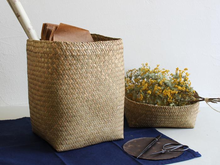<水草の蓋付きかご> 深さのある蓋付きのかごは、上蓋も単独で収納入れとして使えるのがポイント。タイではガチュー(krajood) と呼ばれている、水草の良い香りがします。深さのある方はダストボックスや、植木鉢の目隠しとして、上蓋は書類入れやクロスを入れるのにちょうどよいサイズ。お部屋の中を落ち着きのある空間にしてくれます。
