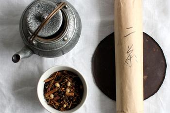 <二茶> ヨーガンレールがオリジナルでブレンドした無農薬有機栽培豆茶です。はと麦をベースに、はま茶、玄米、ハブ、大麦、蕎麦、大豆、小豆をミックス。やさしく香ばしい香りが広がります。