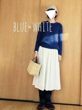 鮮やかなブルーのニットに白のスカートは夏色コーデ?と思われがちですが、実は冬も積極的に取り入れて欲しいカラーコーディネートなんです。
