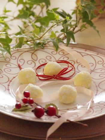 ホワイトチョコレートとクリームチーズのダブルホワイト生チョコ。純白を生かした、美しい生チョコです。チーズのコクがうれしい、ワインにもぴったりの大人の味です。