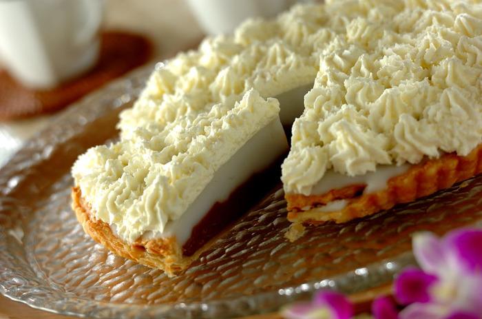 ハワイで人気のハウピアパイ。フィリングがチョコとココナッツの2層になっているので切った時の断面が美しく、おもてなしにもおすすめです。