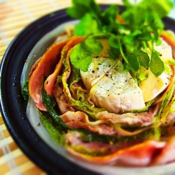 とても華やかでボリュームもタップリの洋風鍋は冬のおもてなし料理としても大活躍。白菜、豚肉、ベーコンを敷き詰めて煮込んだお鍋に、カマンベールチーズを丸ごと加えます!たっぷりの黒胡椒が美味しさを引き立ててくれそうです。