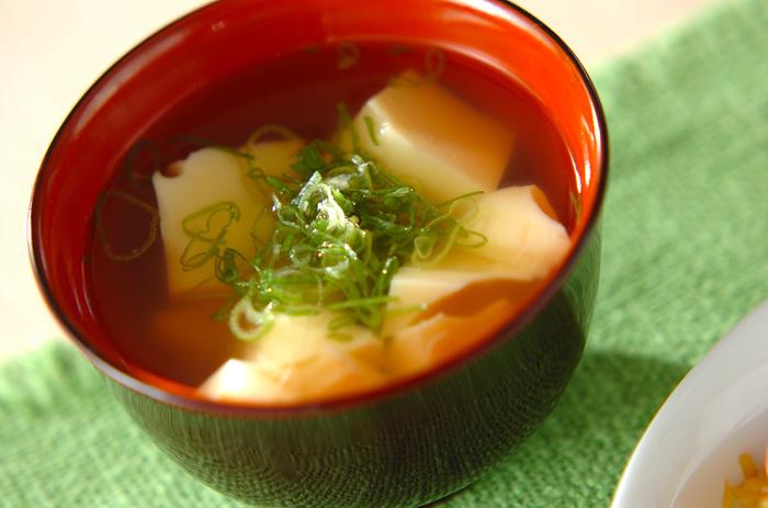 卵豆腐自体に味がついているので特別調味料を多く使う必要はありません。すまし汁は名前の通り汁が透明でなければなりませんのであまり調味料を使用しない方が美しいすまし汁を作るコツとなるでしょう。