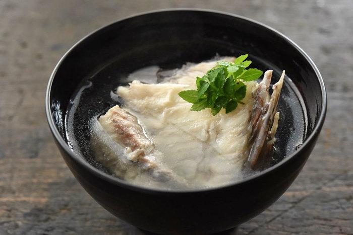 魚のあらを使って作られるお吸い物を潮汁(うしおじる)と呼びます。あらはスーパーなどで手軽に手に入り、だしをとるには十分な材料になります。魚の味をしっかり引き出したお吸い物を簡単に作ることができますよ。
