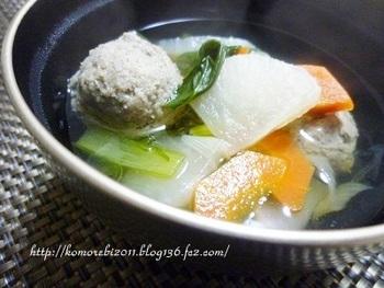 魚のすり身を団子状のつみれを入れたつみれ汁。その汁は無色透明、立派なすまし汁です。野菜やつみれの味が汁に広がり、白いご飯が思わず進んでしまうことでしょう!