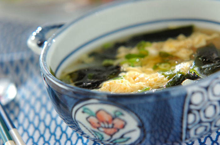 ワカメと卵の組み合わせはスープの王道コンビですよね。卵のまろやかさとワカメののどごしの良さが朝昼晩問わず食べたいと思えるお吸い物ですね。