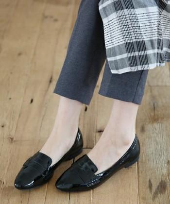 素足で履いてスッキリ。パンツの丈を少し短めにして'くるぶし'を見せると足がキレイに。