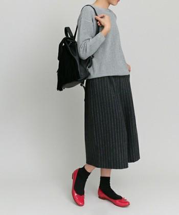 シックな色合いの着こなしの差し色として効果バツグン!素足でもソックスを合わせてもタイツを合わせても◎。