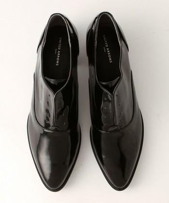シューレースをなくした個性的なデザイン。甲が高く、ローファーやオペラではない靴を探している方におすすめ。