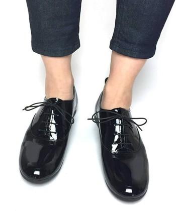 パンツスタイルには、素足がオススメ。