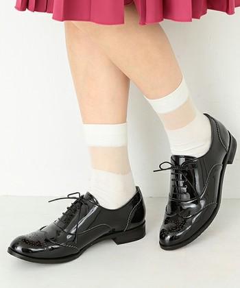 シースルーソックスを合わせてスカートとコーデ。タイツよりもカジュアルな印象になります。