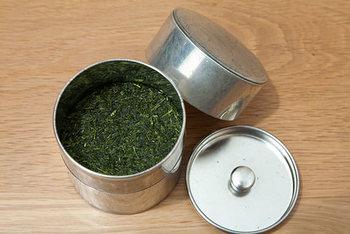 いつでも新鮮なお茶を楽しむには、茶葉を保管するのも大切。ブリキの茶缶は、シンプルだけれど1つ1つ職人による手作り!