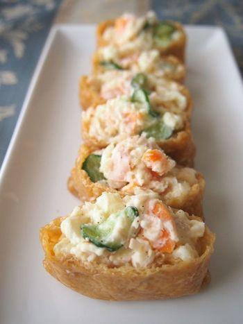見た目も鮮やかな「ポテトサラダ稲荷」は、ポテトサラダを市販の味付け油揚げにinした簡単レシピ。もちろん、ポテトサラダも出来あいのもので構いませんし、半端に残ってしまった時のアレンジとしてもokです。