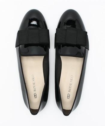 エナメル素材+リボンというデザインで、元来オペラ観賞用だった靴は、フラットタイプが多く歩きやすいのが特徴です。
