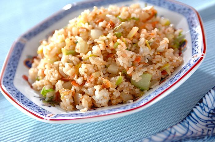 水気をしっかり切った白菜と干し桜エビ、白ゴマをチャーハンの具に。白菜のシャキシャキとした食感が加わって美味しそうですね。