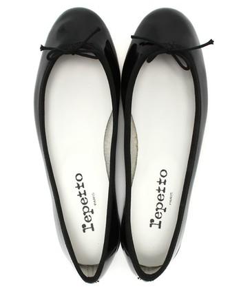 フランスの人気シューズブランド「レペット」の代名詞ともいえるアイテムがこちら。浅めの甲が足をキレイに見せてくれます。