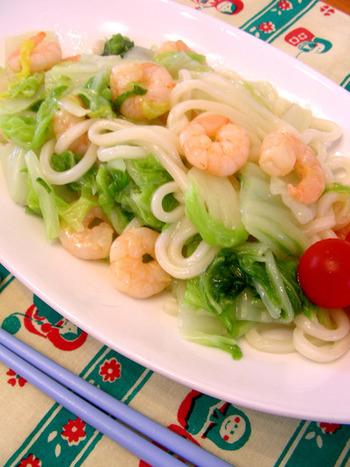 エビと白菜の旨味をそのまま楽しむ餡かけうどん。白菜の水分で海老とうどんを蒸しあげます。昆布茶とごま油を使った味付けで、シンプルにいただく一品です。
