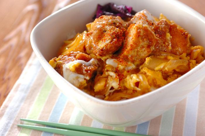 鶏の唐揚げを使ったアイディア親子丼。わざわざ家で揚げなくても、市販の唐揚げに少し手間を加えれば、こんなに立派に! 大人も子供も大好きな味です♪