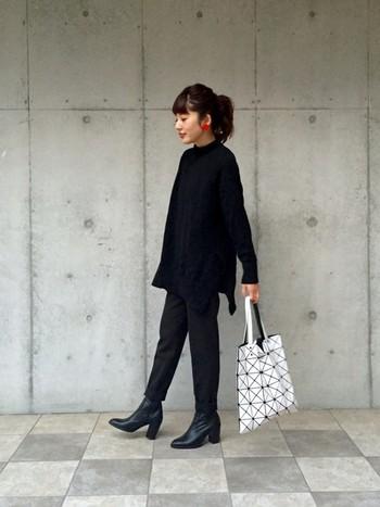 レディな印象の大人カジュアルなシンプルブラックコーデは小物で差をつけるのが素敵♪ 大ぶりの真っ赤なピアス、BAO BAO ISSEY MIYAKEのバッグが美しく映えます◎