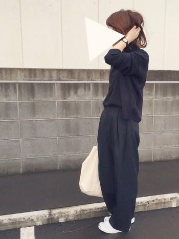 バッグに白を持ってきて、軽さをプラスするとさらにGOOD!ゆるっとブラックコーデのできあがりです♪