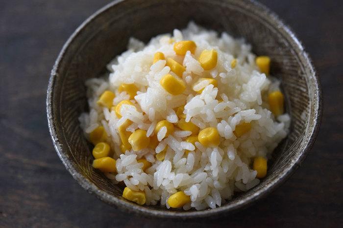 ご飯を炊く時間があれば、缶詰のコーンを入れてみて。彩り鮮やかなシンプルな炊き込みご飯の出来上がり。 おにぎりにしてもgoodです♪