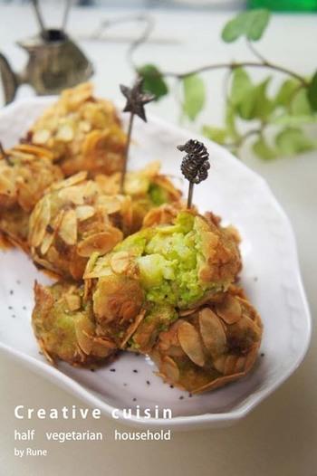 スペインのコロッケ、クロケッタ。いつものコロッケに飽きたら、クロケッタがおすすめです♪アボカドと海老の柔らかさと、サクカリのアーモンドの食感が楽しい一品です。