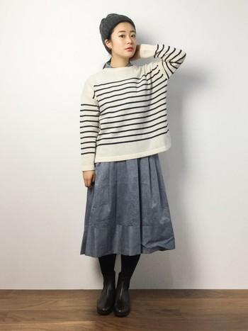 シンプルな白ボーダーセーターは冬の定番アイテムですね。トレンドのひざ下丈スカートを合わせた、優しい印象のコーディネート。インに着たシャツの襟が、オシャレのアクセントになっています。