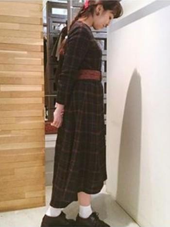 ゆったりシルエットのロングワンピースは1枚で着てもとっても可愛らしいのですが、ベルトでウエストマークすればいつもと違った印象に♪