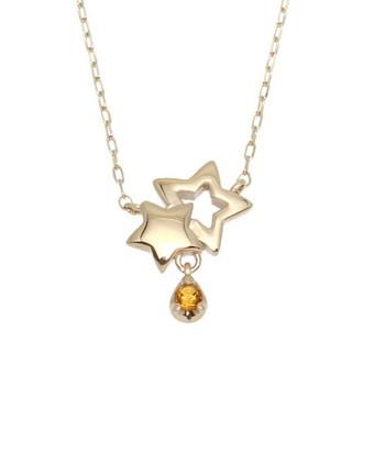 重なり合うゴールドの星の下に小粒のシトリンをあしらったネックレスです。 シトリンが夜空に輝く金星や月のような印象を魅せてくれる可愛らしいデザイン。