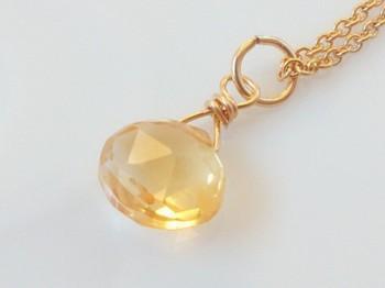 ゴールドとコロンと丸い小粒のシトリンのみのネックレスはいかがでしょうか? シンプルだからこそどんなファッションにも合わせやすいですよね!